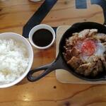 肉バルD.U.M.B.O - 厚切り鉄板ポークジンジャーランチ(¥880)