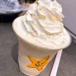 カールスジュニア - ホイップドアイスクリームシェイク・バニラ(490円)