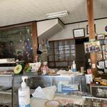 桜井菓子店 - 店内