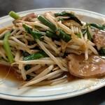 三陽 - 料理写真:ニラレバ炒め単品610円、味が濃くてビールがススム。