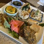 天結 - 色々な料理が楽しめるおかずプレート これら全てが肉・魚介類不使用とは驚きです! 野菜の仕入れ状況により献立が変わるそうです