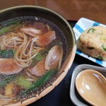 手打蕎麦長べや - 料理写真:鴨そばと、たぬきおにぎり。