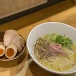 らぁ麺 なお人 - 白トリュフ香る特製鶏白湯ラーメン