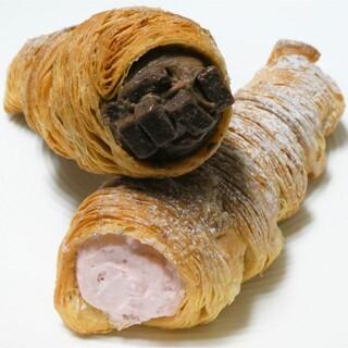 ベーカリー ハイジ - 料理写真:ザクザクコロネ 生チョコレートとザクザクコロネ ストロベリークリーム