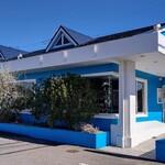 コウジ サンドウィッチ スズムラ - ブルーの店舗は目立ちます  駐車場は店舗敷地内に30台分くらい