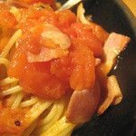 らるきい - フレッシュな完熟トマトのざく切りがたくさん入り、                             ベーコンとニンニクが味に厚みを加えてます。
