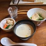 セルクル - オードブル3品とスープ、撮り忘れたカリフラワーのムースから時計周りに、キノコのフラン、和野菜スープ、肉のリエット 自家製ピクルス