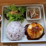 ヒビキショクドウ - 短角牛のハンバーグプレート(デミグラス)+チーズ の右側