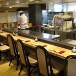 旭鮨総本店 - カウンター席はオープンキッチンの赴き