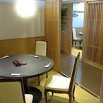 旭鮨総本店 - 格子の仕切られた半個室