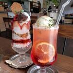 towa cafe - 春いちごと爽やかジェリーパフェ、赤のクリームソーダ