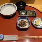 日本橋天ぷら魚新 - 最初に出てきた小鉢、蓮根とこんにゃくの炒りつけ、黄色いのはカレー塩