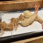 日本橋天ぷら魚新 - 車海老2尾、頭までカリカリに揚げてくれます。さっきまで水槽で泳いでたのに…