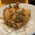 日本橋天ぷら魚新 - 濃い天つゆがご飯に滲みてて美味い。