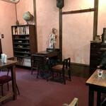 金魚カフェ - ちょっと広い空間。テーブル席
