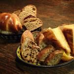 ルーエプラッツ ツオップ - セットのパン盛り合わせ
