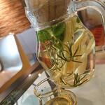 カフェ シフト スリー - ハーブティー!レモングラスにスペアミント、ローズマリー✨圧巻のビジュアルです!&はちみつも来るとは!もはや薬草ポーションか回復薬です!