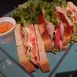 カフェ シフト スリー - BLTサンド!トーストされたパンにベーコンと野菜が美味しい!それにピクルスに近い酸味のキャロットラペ。キヌアと雑穀も入ったグリーンサラダが楽しい♪