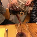 ピッツェリア パーレンテッシ - 赤ワインのアマローネ。ぶどうが凝縮されたような濃厚で重厚な味わいます赤ワイン。 コレでワインの量を測れるのだそうです!