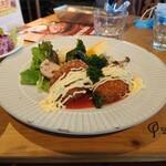 奈良食堂 - 牡蠣のクリームコロッケ。左に見えるのが、サラダバーのお皿。