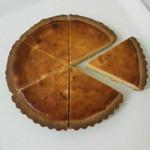 クローバー - チーズタルト(1カット300円・ホール1800円)クリームチーズの甘さも丁度よく後引くおいしさ