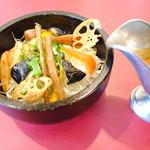 たんぽぽ - 7種類の野菜たっぷり石焼カレー、食物繊維多くデトックス効果あり