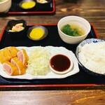 豚のしっぽと鶏のとさか - 鶏のレアカツ定食