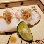 146382488 - (05)炭火炙りメヌケ(正式名:珊瑚目抜)                         深海魚で産卵期は春~初回、旬は秋~春                         白身ですが脂が混在し白濁、皮下にゼラチン層に特に脂の旨みが強く、トロッとした食感も相まって濃厚な味わいと為ります