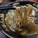 水城ラーメン - 麺は細麺ながら平たいタイプ