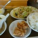 生香楼 - 日替わりランチA肉野菜炒め定食プラス鶏唐揚げ(2個)ご飯大盛