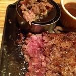 ココス - ビーフハンバーグステーキはミディアムで出てきて上のペレットで焼きます!