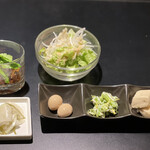 創 - サラダ、香の物、うずらの卵の煮物、菜っ葉の和え物、出汁の染みている高野豆腐、ホタテの甘辛煮がランチセットについていた。