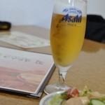 インド・ネパール料理 ヒマラヤ - ランチのグラスビールは\250-、手前はセットのサラダ