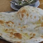 インド・ネパール料理 ヒマラヤ - 大きなナン。おいしかった~♪