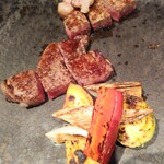 三笠会館 聖せき亭 - 来た来た! メインのロース、ヒレのステーキ♪ 食材の良さを、脂の違いを感じながら美味し-くいただきました(*´∀人)