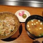 三笠会館 聖せき亭 - ご飯は+600円でガーリックライスに変更 ってかステーキもなくなった時点の最後にお味噌汁、漬物と届くけど、白米だとちょっとキツくない?