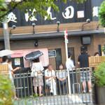 麺処ほん田 - 食べ終わって、雨が降って来ました。でも並んでいます。