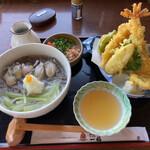 奥出雲 そば処 一福 - 牡蠣そばと天ぷら盛り合わせ。