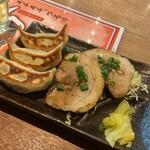 nikujirugyouzanodandadan - 焼き餃子・と自家製チャーシュー
