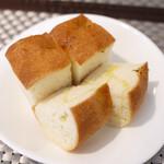 Osteria RIMA - 自家製フォカッチャ/おかわりOKなフォカッチャ。美味しかったのでおかわりしちゃいました。