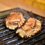 お肉一枚売りの焼肉店 焼肉とどろき - 厚切タン@790円:焼きはお店の方に。