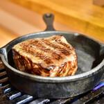 お肉一枚売りの焼肉店 焼肉とどろき - 黒毛和牛 A5 ロースステーキ150g@2,480円:フランベの準備