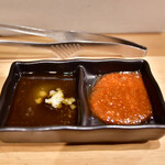 お肉一枚売りの焼肉店 焼肉とどろき - [左]胡麻油&塩&大蒜ダレ│[右]ピリ辛味噌ダレ