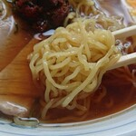 146488765 - 麺は普通の太さ、チャーシューはボソッとした脂身の少ないタイプ。
