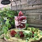 さんだバーベキューガーデンズ 花山観光園 - 朝摘み苺のパフェ