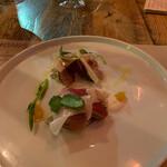 L'IGNIS - 薪火でグリルした鰹のカルパッチョ 秋野菜のピクルス 白胡麻のレムラード
