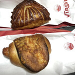 146499754 - 上ショーソン・ポム(アップルパイ)  下ソーシス・レトロドール(ソーセージのパン)