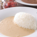 博多黒伽哩堂bistroRYU - ホワイトソースをベースに、玉ねぎやチーズ、ココナッツミルクを加えてクリーミーかつスパイシーな仕上がり