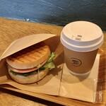 en cafe - ホットサンドハム&アボカドモーニングセット710円