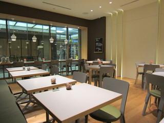 トラヤカフェ 青山店 - 明るく開放的な店内